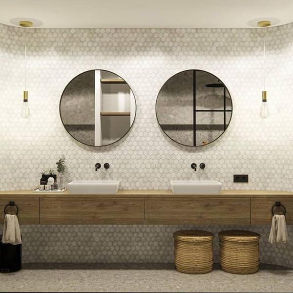Vloertegels en wand tegels matchen in de badkamer.